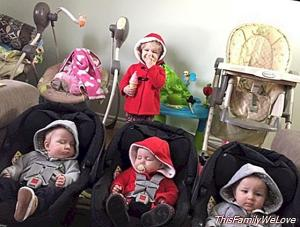 The supermama that changes four babies at once and triumphs on the internet